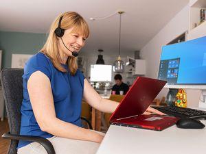 Frau hält Videokonferenz über Fujitsu Laptop